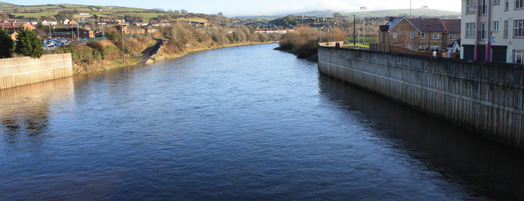 River Mourne, Strabane, County Tyrone, Northern Ireland. Photo taken by Ardfern looking   upstream from the Mourne River Bridge. CC BY-SA 3.0 via Wikimedia Commons.